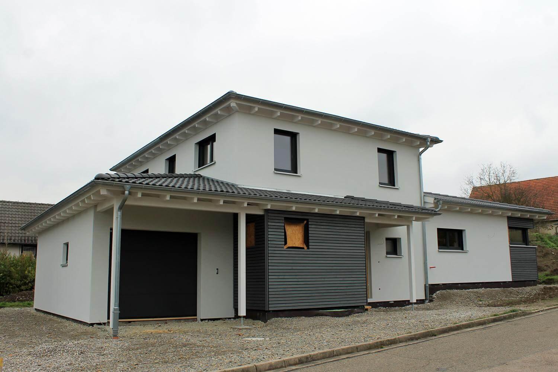 Haus modern walmdach groes weies modernes haus mit for Einfamilienhaus modern walmdach