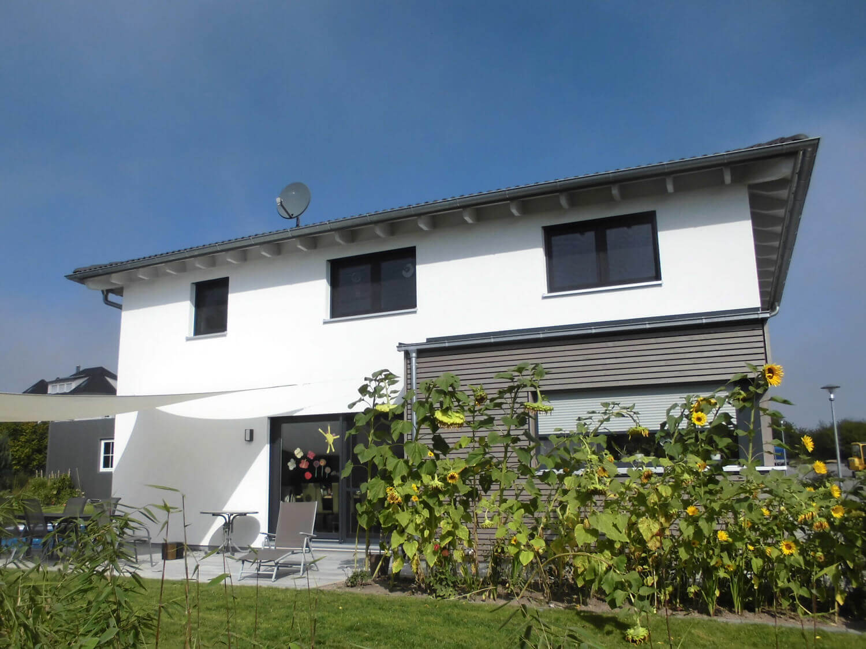 Walmdach Moderne Architektur einfamilienhaus mit carport und geräteschuppen in burgbernheim eg