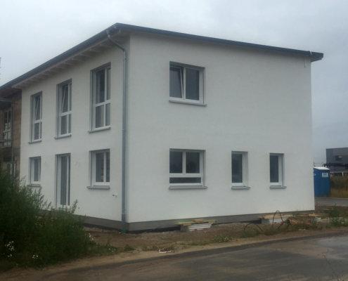 Doppelhaushälfte mit Keller, Carport und Geräteschuppen in Büchenbach