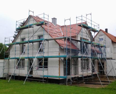 Einfamilienhaus mit Garagen und Schuppen in Eckental