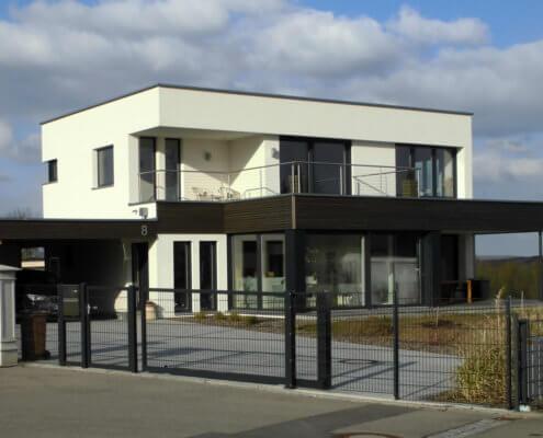 Einfamilienhaus mit Fertigteilgaragen und Carport in Bad Windsheim