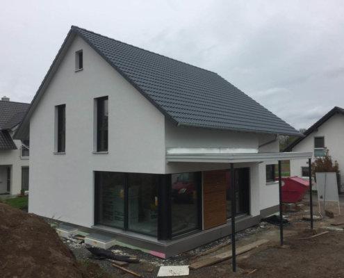 Einfamilienhaus mit Carport, Schuppen und Garagen in Ilsfeld