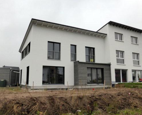 Einfamilienhaus als Doppelhaushälfte mit Carport und Geräteschuppen in Spardorf