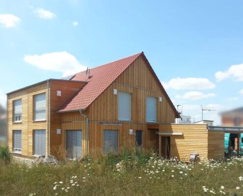 Doppelhaushälfte mit Carport und Schuppen in Roßtal