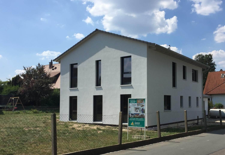 https://www.eg-holzhaus.de/wp-content/uploads/2018/05/holzhaus-einfammilienhaus-garage-carport-wachendorf.jpg