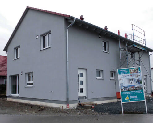 Klassisches Zweifamilienhaus als Doppelhaus mit Carport in Burgbernheim