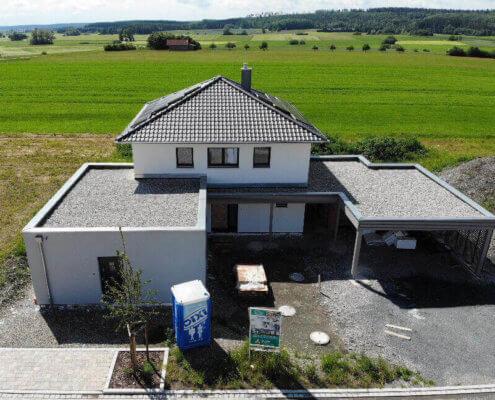 Einfamilienhaus mit Einliegerwohnung, Carport und Schuppen in Aurach