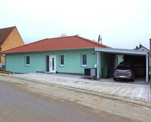 Einfamilienhaus als Bungalow mit Carport und Schuppen in Thalmässing