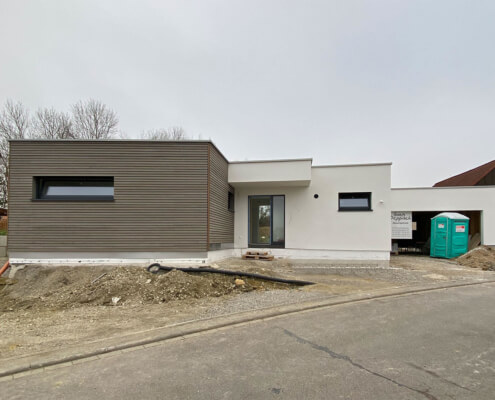 Einfamilienhaus als Bungalow mit Einliegerwohnung und Garage in Gaukönigshofen