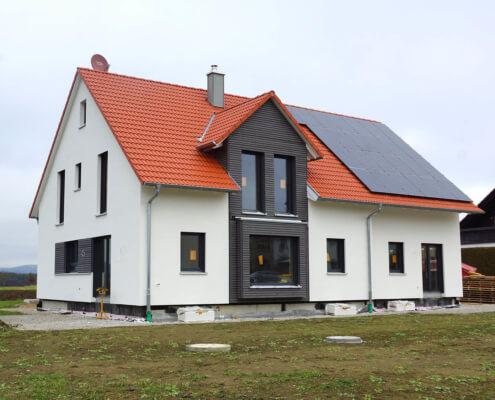 Zweifamilienhaus mit Carport und Garage in Eschenau