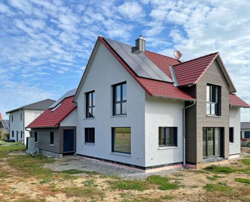 Zweifamilienhaus mit Carport und Schuppen in Adelhofen