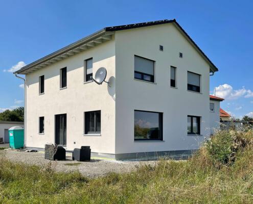 Einfamilienhaus mit Einliegerwohnung und Garage in Gollhofen